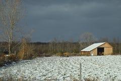 Cubiertas de nieve escénicas una granja rural Imagenes de archivo