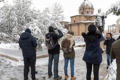 Cubiertas de nieve las calles de Roma, Italia Estatua de Giulio Cesare foto de archivo