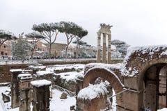 Cubiertas de nieve las calles de Roma, Italia Foro de Caesar foto de archivo