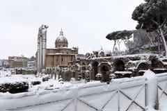 Cubiertas de nieve las calles de Roma, Italia Foro de Ciulio César fotografía de archivo