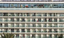 Cubiertas del barco de cruceros en el puerto fotos de archivo libres de regalías