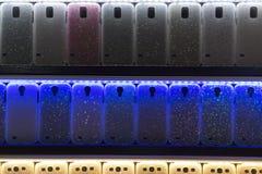 Cubiertas del teléfono móvil que brillan intensamente foto de archivo