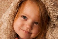 Cubiertas smirking del niño imagen de archivo