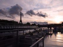 Cubiertas y la torre Eiffel, París de la travesía fotos de archivo libres de regalías