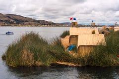 Cubierto con paja a casa en las islas flotantes en el lago Titicaca, Perú Fotos de archivo