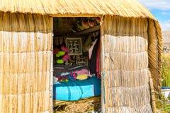 Cubierto con paja a casa en las islas flotantes en el lago Titicaca Puno, Perú, Suramérica. La raíz densa que planta a Khili entre Imagen de archivo