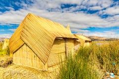 Cubierto con paja a casa en las islas flotantes en el lago Titicaca Puno, Perú, Suramérica. Raíz densa esa plantas Khili Foto de archivo libre de regalías