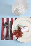 Cubierto de la mesa de comedor de la acción de gracias en el tema azul claro, rojo y blanco moderno - vertical Fotos de archivo libres de regalías