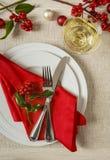 Cubierto de la tabla de cena de la Navidad con las decoraciones estacionales festivas Imagenes de archivo