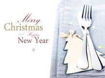 Cubierto de la tabla de la Navidad con las decoraciones de la Navidad en silv Imagenes de archivo