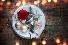 Cubierto de la tabla de la Navidad en estilo elegante lamentable Imagen de archivo libre de regalías