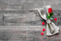 Cubierto de la tabla del día de tarjetas del día de San Valentín Foto de archivo libre de regalías