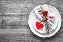 Cubierto de la tabla del día de tarjetas del día de San Valentín Fotografía de archivo