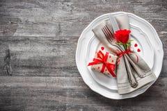 Cubierto de la tabla del día de tarjetas del día de San Valentín Fotografía de archivo libre de regalías