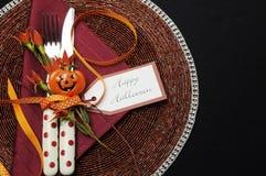 Cubierto de la tabla del feliz Halloween con los cubiertos rojos del lunar Imagen de archivo