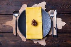 Cubierto de la tabla del otoño con el espacio de la copia del cono Imágenes de archivo libres de regalías