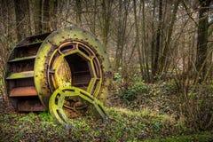 Cubierto de musgo enorme industrial y Rusty Gear en naturaleza Foto de archivo