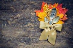 Cubierto del otoño de la acción de gracias con los cubiertos Imagen de archivo libre de regalías
