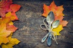 Cubierto del otoño de la acción de gracias con los cubiertos Imágenes de archivo libres de regalías