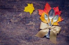 Cubierto del otoño de la acción de gracias con los cubiertos Imagenes de archivo