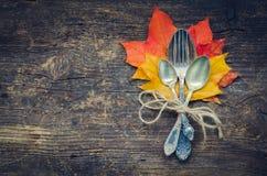Cubierto del otoño de la acción de gracias con los cubiertos Imagen de archivo