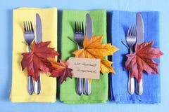 Cubierto del tbale de la acción de gracias en azul, verde y amarillo Fotos de archivo