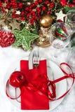 Cubierto festivo de la tabla de la Navidad con la decoración roja Imágenes de archivo libres de regalías