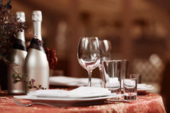 Cubierto fino de la tabla de cena del restaurante interior Foto de archivo libre de regalías