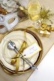 Cubierto fino elegante del blanco y de la mesa de comedor de la Feliz Año Nuevo del oro - vertical Fotos de archivo