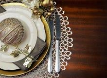 Cubierto formal de la tabla de cena de la Navidad metálica del tema del oro con el espacio de la copia Imagen de archivo