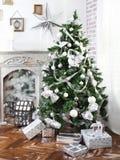 Cubierto interior diario hacia fuera con el árbol de navidad y la chimenea Imagen de archivo libre de regalías