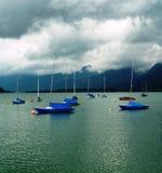 Cubierto navegando dingys en un lago Fotografía de archivo