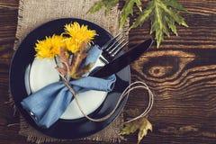 Cubierto rústico con las flores amarillas, visión superior del otoño, que Imagenes de archivo