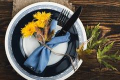 Cubierto rústico con las flores amarillas, visión superior del otoño, que Imagen de archivo libre de regalías