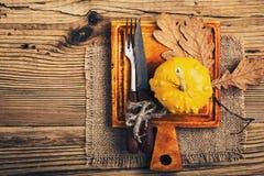 Cubierto rústico del otoño con la calabaza miniatura en un w rústico Foto de archivo