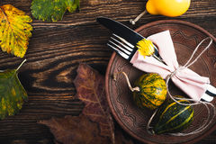 Cubierto rústico del otoño, decoraciones de la acción de gracias con la copia Imagenes de archivo