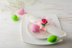 Cubierto rosado y verde de la tabla de Pascua Fotografía de archivo
