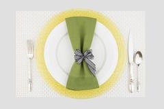 Cubierto verde y amarillo de la tabla Foto de archivo