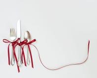 Cubiertos acentuados con las cintas rojas Fotos de archivo libres de regalías