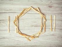 Cubiertos con la placa de palillos en el fondo de madera Fotografía de archivo libre de regalías