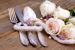 Cubiertos con las rosas blancas Fotos de archivo libres de regalías