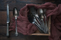 Cubiertos de la cocina del vintage - cucharas, cuchillos y bifurcaciones en fondo de madera Foto de archivo libre de regalías