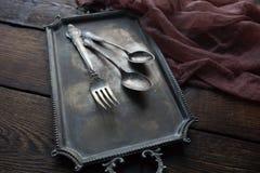 Cubiertos de la cocina del vintage - cucharas y bifurcación en fondo de madera Fotos de archivo libres de regalías