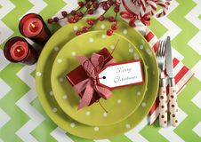 Cubiertos de la tabla del partido de la familia de los niños de la Navidad en verde lima, rojo y blanco fotografía de archivo