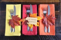 Cubiertos del tbale de la acción de gracias en colores del otoño Foto de archivo libre de regalías