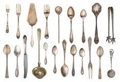 Cubiertos del vintage, cucharas antiguas, bifurcaciones, cuchillos, cucharón, palas de la torta aisladas en fondo blanco aislado  fotos de archivo