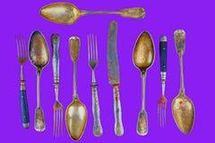 Cubiertos del vintage en un fondo púrpura del protón Visión superior Concepto loco para la vida culinaria y moderna Ponga en cont imágenes de archivo libres de regalías