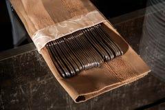 cubiertos en cubierta del tejido en la tabla de cristal Imagen de archivo