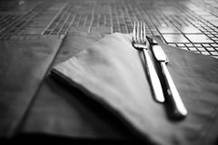 Cubiertos en la tabla en restaurante Imagen de archivo libre de regalías