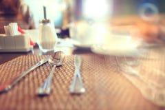 Cubiertos en la tabla en un restaurante Fotos de archivo